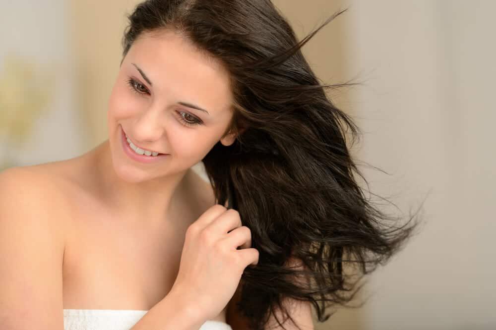 4-erros-comuns-ao-cuidar-do-cabelo-e-como-evitalos.jpeg